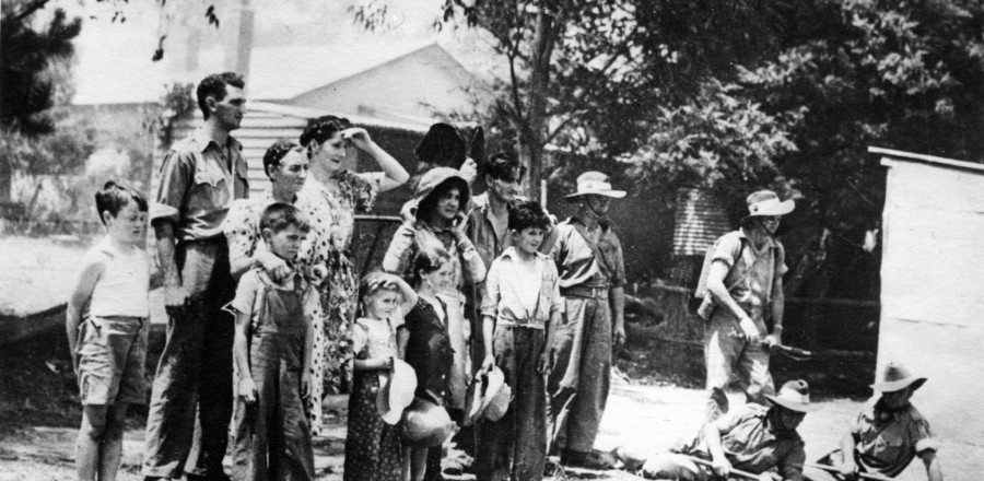 Family & soldiers fighting bushfires 1939