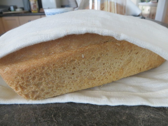 Sew 100% cotton or hemp cloth bags to store bread