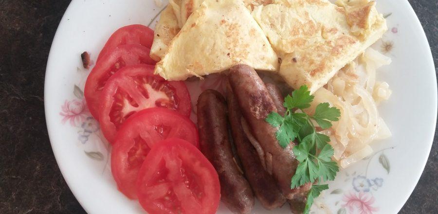 Chicken sausages, eggs & tomato